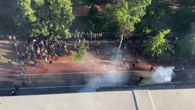 پاکسازی معترضان از اطراف کاخ سفید با گاز اشک آور دقایقی قبل از سخنرانی ترامپ