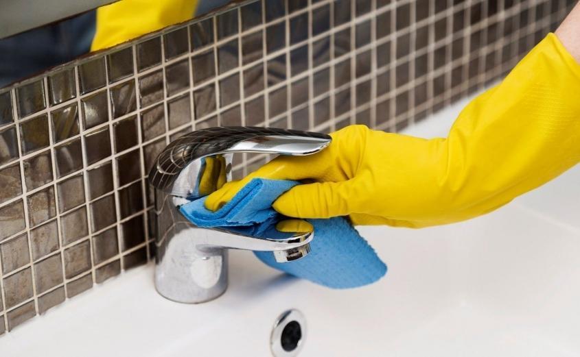 چگونه حمام و دستشویی را تمیز کنیم؟ 1. شستن حوله حمام و دستشویی2. شستن کاشی و سرامیک حمام و دستشویی3. شستن سرویس بهداشتی4. شستن جامسواکی5. شستن سینک دستشویی