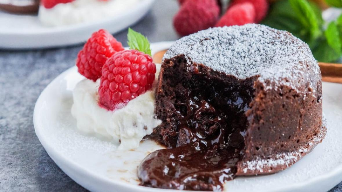 طرز تهیه کیک شکلاتی مذاب مایکروفری در چند دقیقه