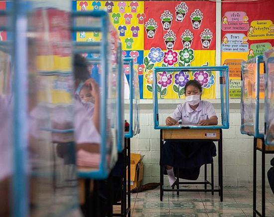 بازگشایی مدارس؛ دانش آموزان در سلول انفرادی!