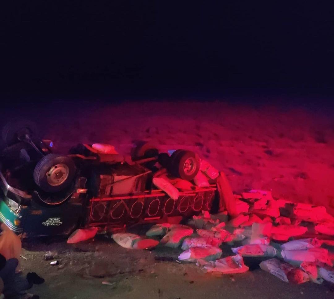مصدوم شدن دو نفر در اثر واژگونی کامیون