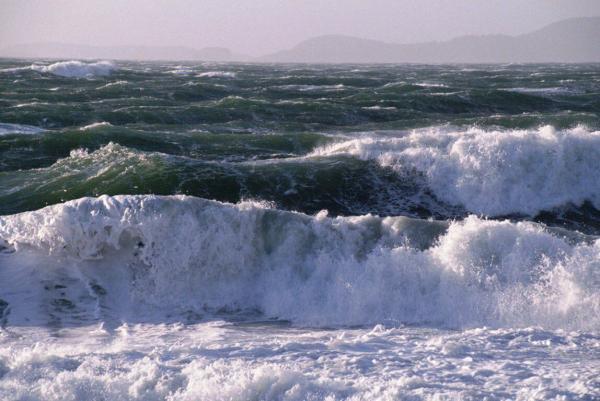 خبرنگاران هواشناسی: امواج سه متری در راهند، فعالیت های دریایی در گلستان تعطیل گردد